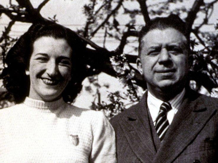 """Eugenio Montale con la moglie: la poesia """"Ho sceso dandoti il braccio"""" è dedicata a lei"""