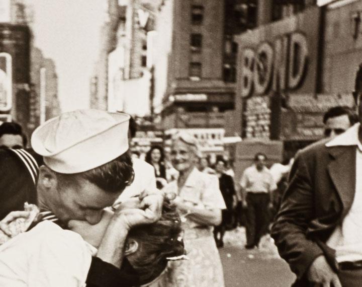 Bond - dettaglio del bacio in Times Square