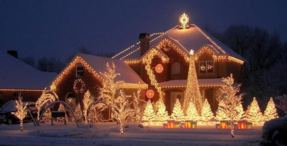 Casa con luci di Natale
