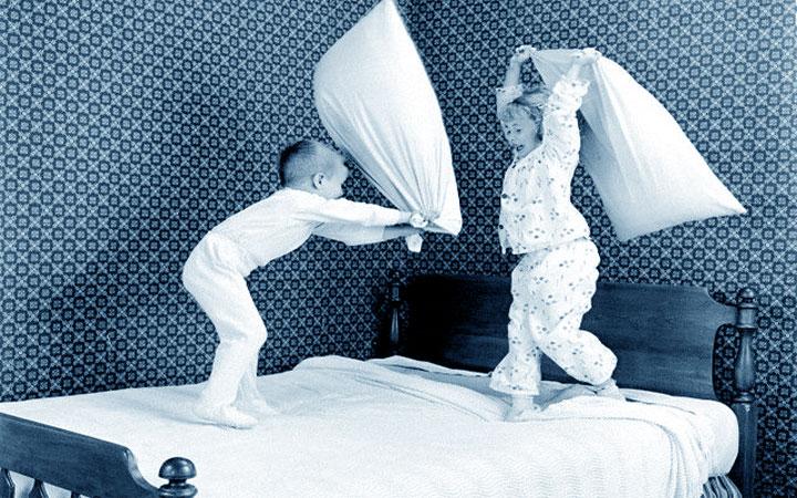 """""""Avere l'argento vivo addosso"""": bambini vivaci che giocano con i cuscini"""