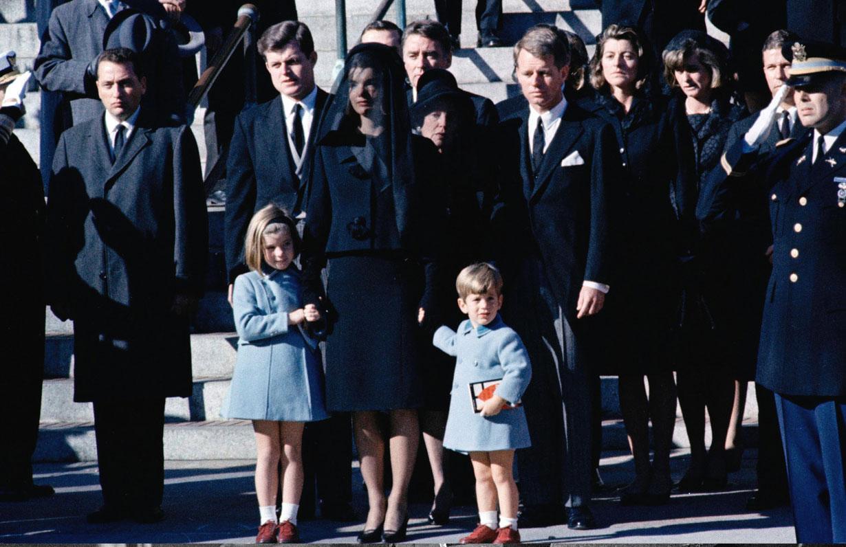 Al centro della foto compare anche il fratello del Presidente, Robert Kennedy