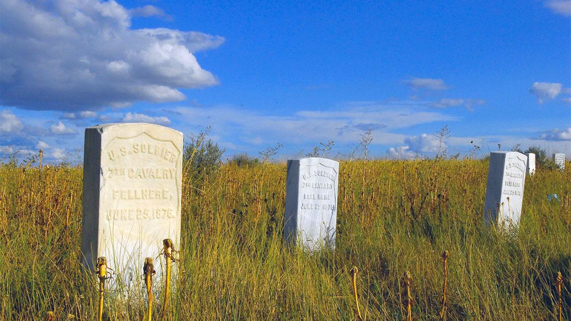 Oggi sul campo di battaglia di Little Bighorn campeggiano le lapidi in memoria dei caduti