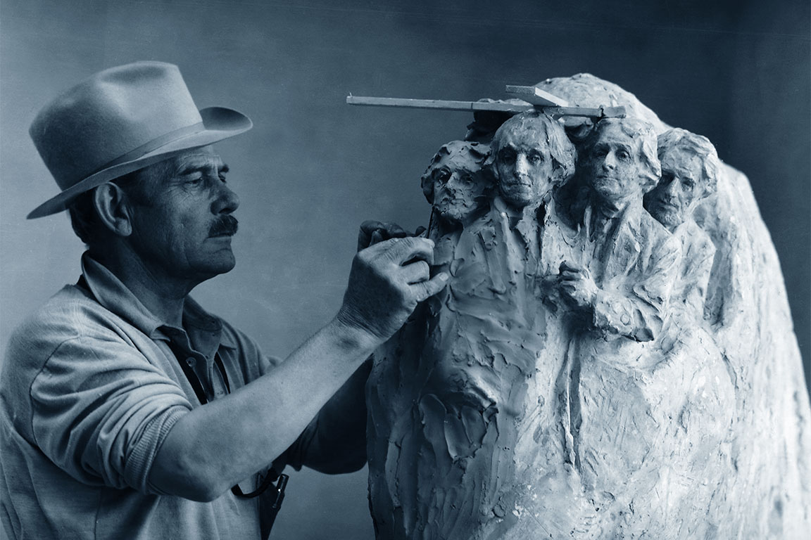 Lo scultore Gutzon Borglum (25 marzo 1867 – 6 marzo 1941): il suo progetto del Monte Rushmore prevedeva figure a mezzo busto