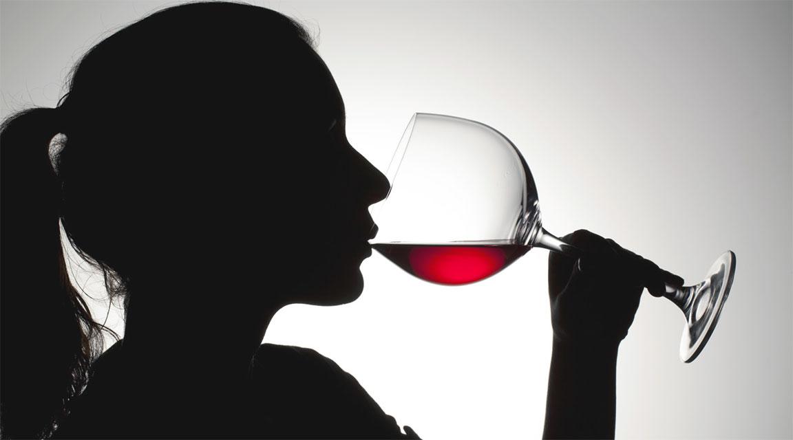 centellinare il vino, sorseggiare, degustare