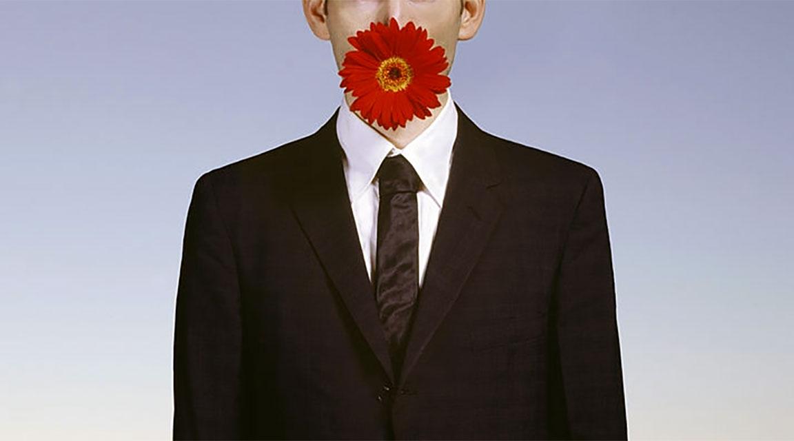 Uomo dal fiore in bocca