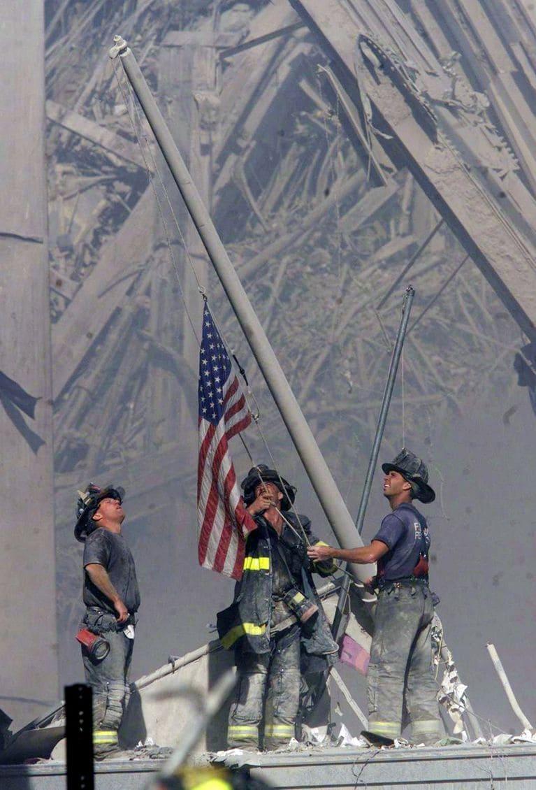 Pompieri americani dopo gli attentati dell'11 settembre 2001, che issano una bandiera americana