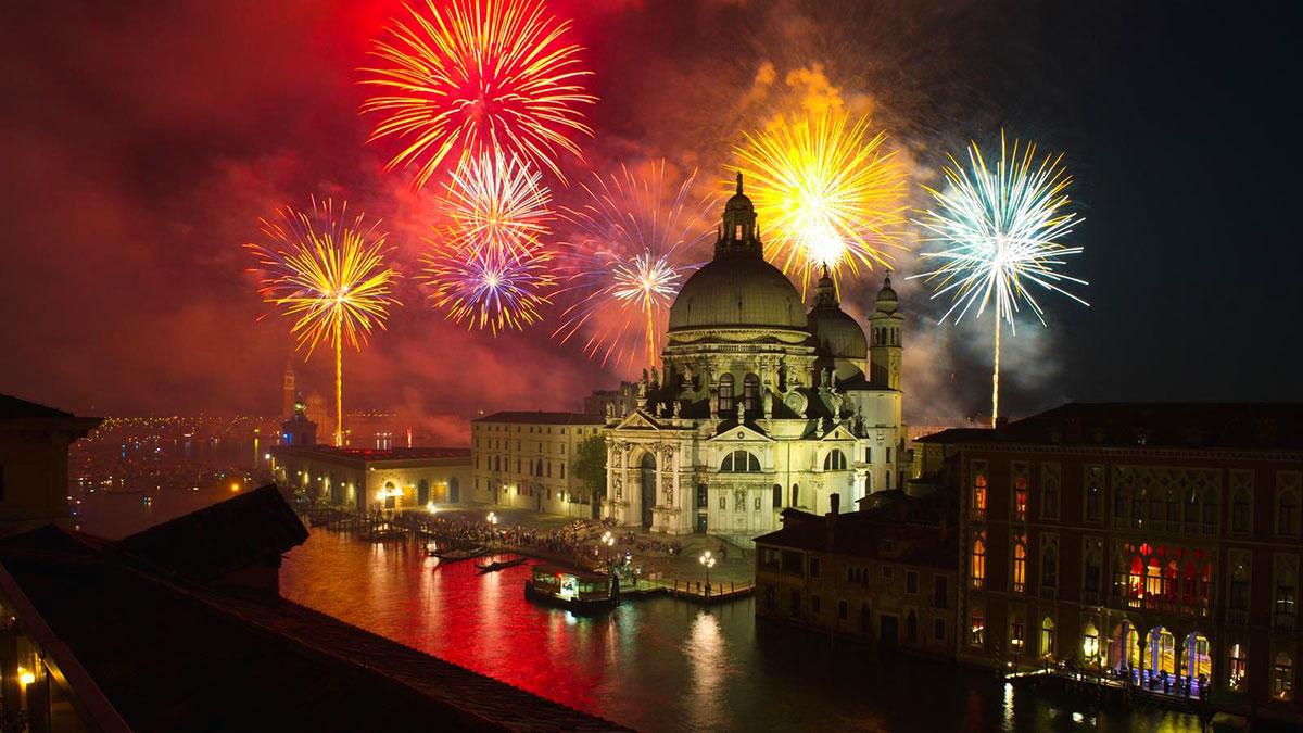 Venezia, Festa del Redentore: foto di piazza San Marco illuminata dai fuochi di artificio