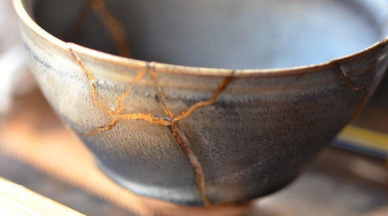 Kintsugi: i cocci di una ciotola riparati con l'oro