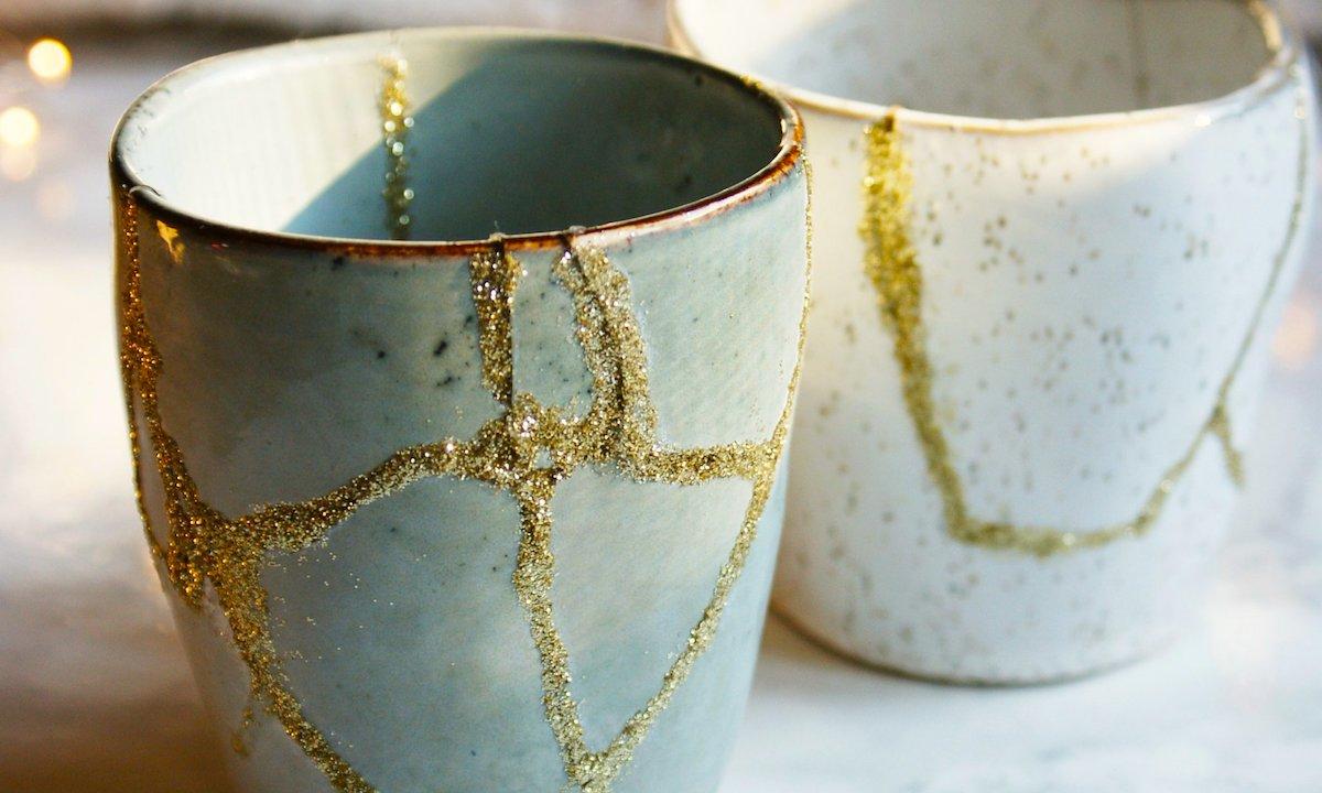 Kintsugi: due vasi riparati con polvere d'oro