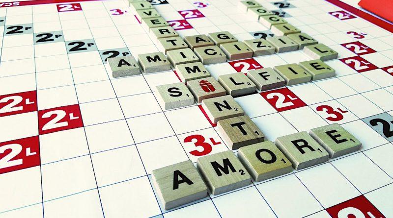 Tabellone del gioco Scarabeo: alcune parole composte e incrociate, anche con il jolly (lo scarabeo)