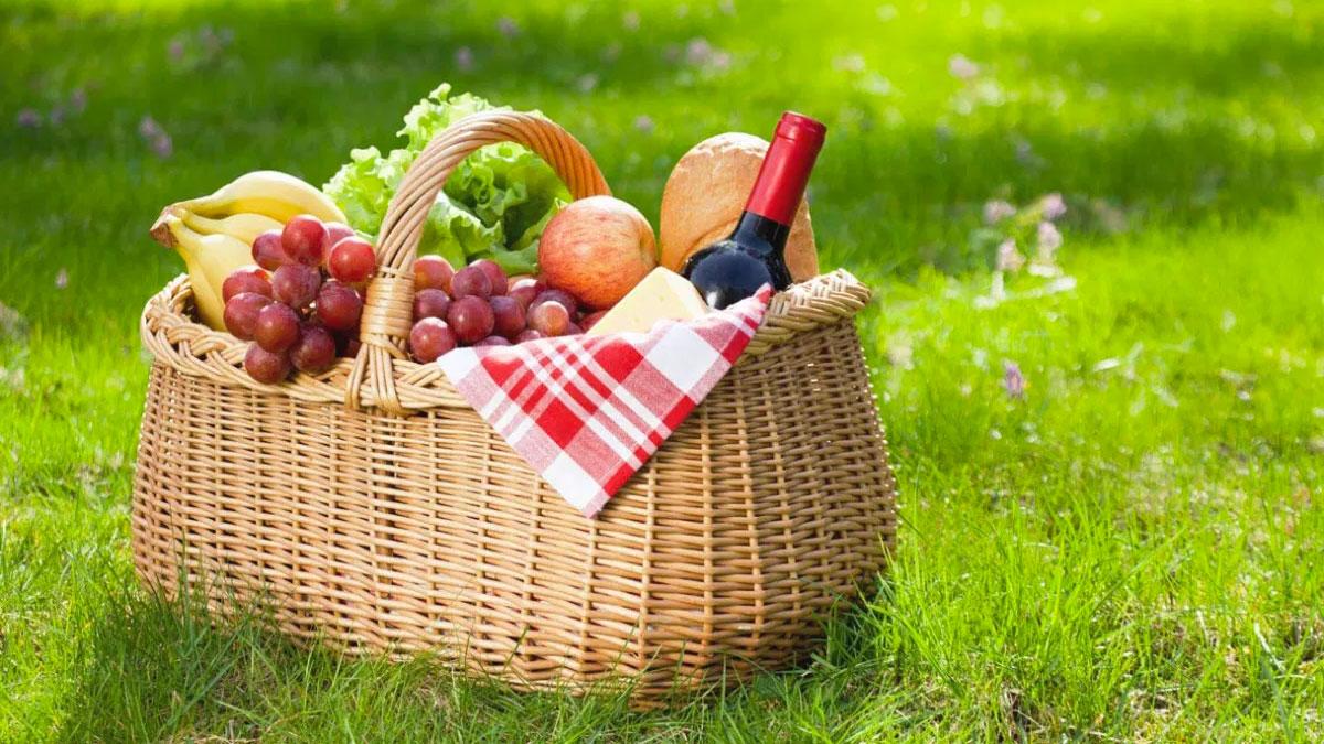 Classico cesto da picnic con tovaglia bianca e rossa