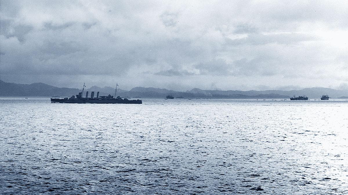 L'incrociatore della Royal Australian Navy HMAS Canberra e 3 navi da carico al largo di Tulagi (Guadalcanal)