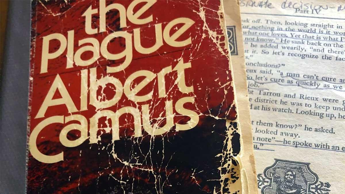 Una vecchia edizione del libro La peste (in inglese: The Plague)