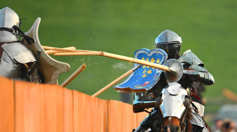 Spezzare una lancia: cavalieri si sfidano in una rievocazione storica medievale