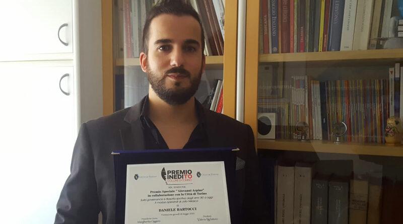Daniele Bartocci con la targa del Premio InediTO