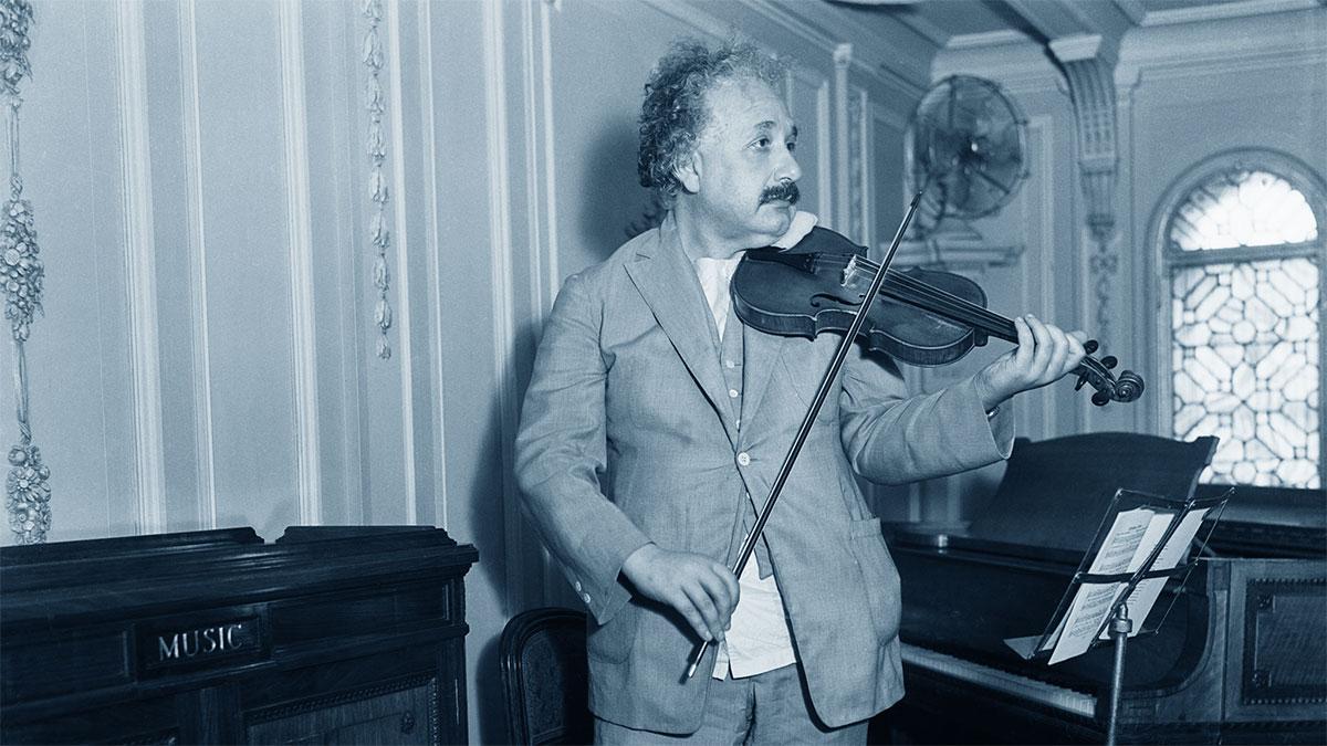 Albert Einstein suona il violino