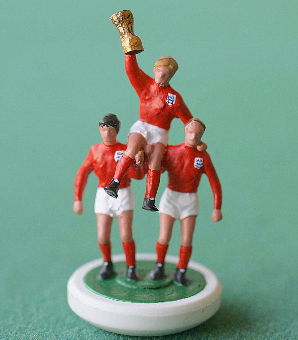 Subbuteo, giocatori inglesi con la coppa FIFA