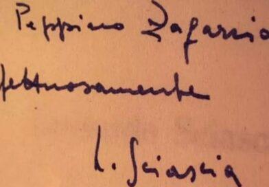 """Nel cassonetto della carta trova la prima edizione de """"Il Giorno della Civetta"""" con la dedica autografa di Sciascia"""