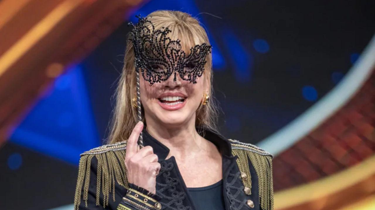milly carlucci cantante mascherato