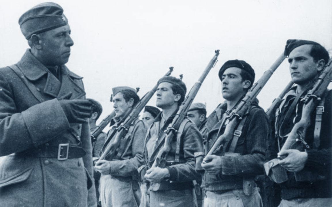 Legione Condor: un ufficiale tedesco con ragazzi militari spagnoli (Guerra Civile Spagnola)
