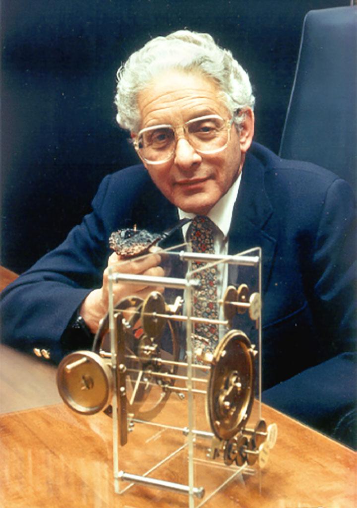 Derek John De Solla Price con un modello della macchina di Anticitera
